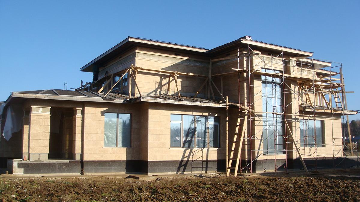 Фасад дома из травертина фото